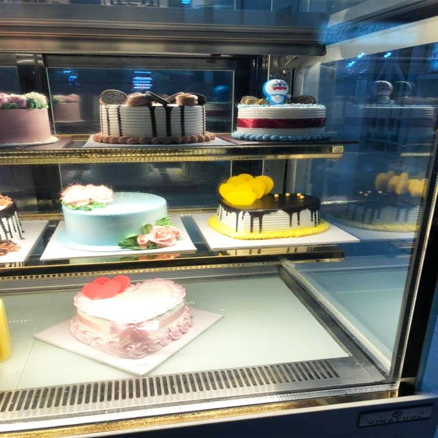 Lắp đặt tủ bánh kem tại tiệm bánh Yến Bảo